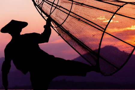 pescador: Lago Inle Pescador es la pesca en la carga de pescado para el día Foto de archivo