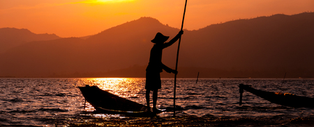 pecheur: Silhouette de p�cheur au coucher du soleil le lac Inle Myanmar Birmanie