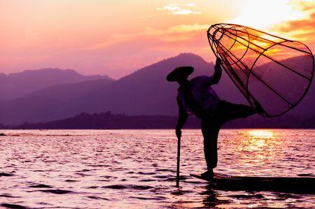 un p�cheur: Silhouette de p�cheur au coucher du soleil le lac Inle Myanmar Birmanie