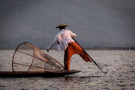 pecheur: Lac Inle pêcheur ramant avec le pied en Birmanie Myanmar