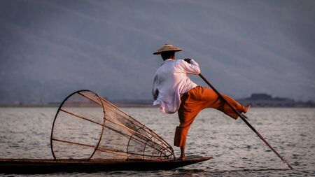 pescador: Lago Inle Pescador remos con el pie Birmania Myanmar Foto de archivo
