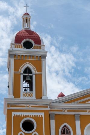sacerdote: catedral de color amarillo bajo el cielo azul en Granada Nicaragua Am�rica Central