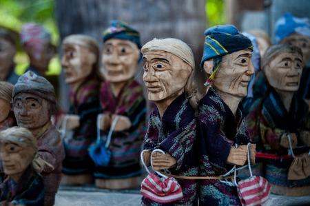marioneta de madera: El peque�o mu�eco de madera nativos recuerdos de Tana Toraja de Sulawesi, Indonesia