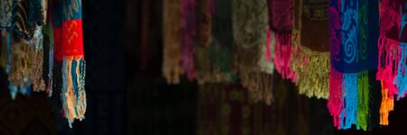 foulards: Sulawesian Sciarpe appesi in negozio per la vendita in Tana Toraja, Sulawesi, Indonesia