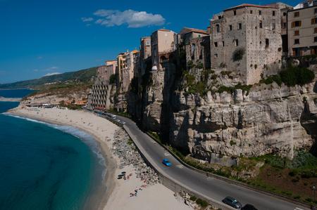 casas italianas frente al mar en el acantilado sobre la costa de tropea calabria