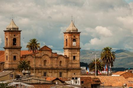 Alte koloniale Steinkirche mit Dächern und Palme nahe Bogota, Kolumbien