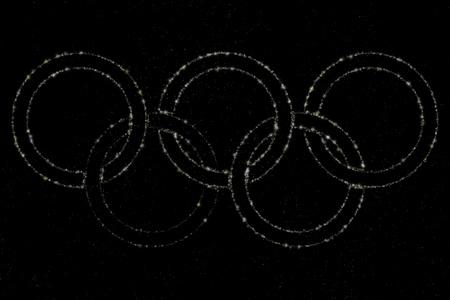 deportes olimpicos: anillos olímpicos hechos de polvo de estrellas Editorial