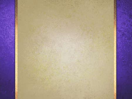 正式なエレガントな明るい茶色の紙の背景に紫の境界線、ゴールド リボンまたはストライプのレイヤーはヴィンテージの苦しめられたテクスチャ