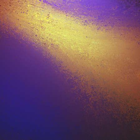 Paars gouden achtergrond met textuur en felle lichtbundel of kleur splash streaming van boven de grens op een diagonale hoek Stockfoto - 35079742