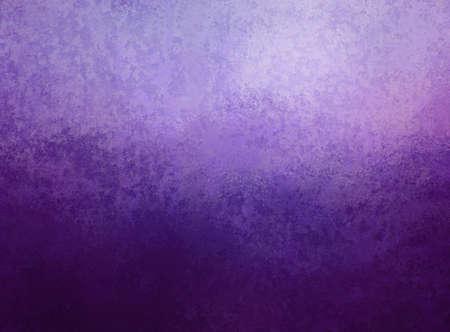 Precioso fondo morado. Elegante color púrpura degradado oscuro y claro y textura vintage antigua en diseño de fondo abstracto.