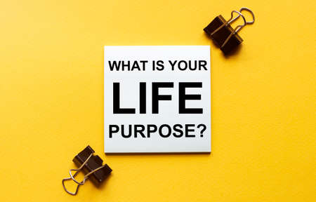 white paper with text What Is Your Life Purpose on a yellow background with stationery Zdjęcie Seryjne