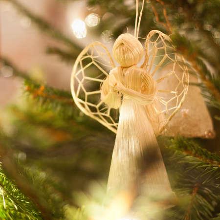 Figuur van een engel versieren van een kerstboom Stockfoto
