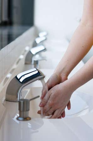 d�sinfectant: Se laver les mains dans une toilette publique (s�lective focus) Banque d'images
