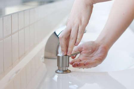 manos sucias: Lavarse las manos en un baño público - la aplicación de enfoque selectivo de jabón