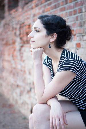 pensador: Retrato de perfil de una chica joven y bella