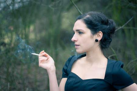 chica fumando: Retrato de una mujer joven y bella de fumar Foto de archivo