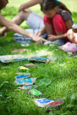 guardería: Los niños aprenden el alfabeto al aire libre en un día soleado Foto de archivo