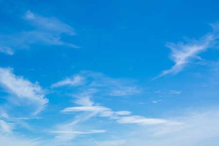 azul turqueza: Azul cielo de la nube de verano hermosa Foto de archivo