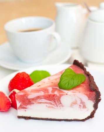 rebanada de pastel: Cheesecake de fresa casero y café expreso en la tabla