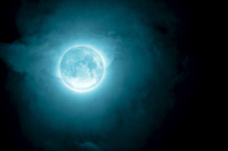 noche y luna: Brillante primer plano de la Luna en el cielo azul oscuro