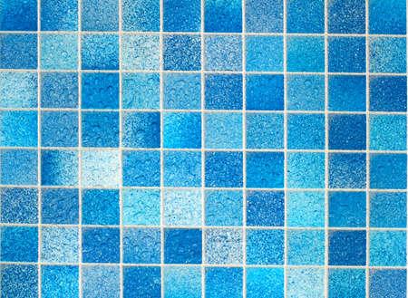 azulejos ceramicos: Azulejos azules en el ba�o con gotas de agua Foto de archivo