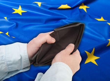 financiele crisis: Financiële crisis in de EU - Mans Handen Met Lege Portemonnee Stockfoto