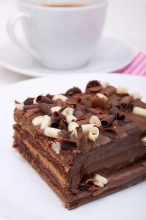 brownie: Pastel de chocolate hecho en casa - Brownies y una taza de caf� en el plato blanco