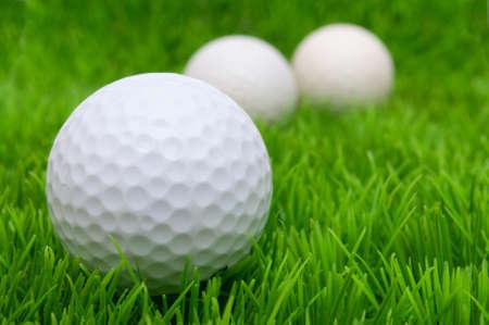 balón: Grupo de pelotas de golf en la hierba verde Foto de archivo