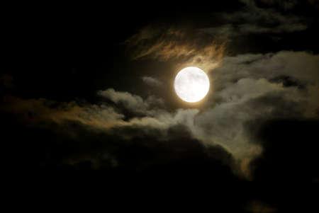 noche y luna: Cielo Nocturno - Luna Brillante completa y nubes oscuras