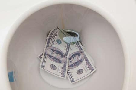 dinero falso: Falsificaci�n de billetes de cien d�lares en Water Closet Foto de archivo