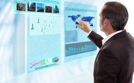 사업가 미래 지향적 인 디스플레이와 함께 작동합니다.