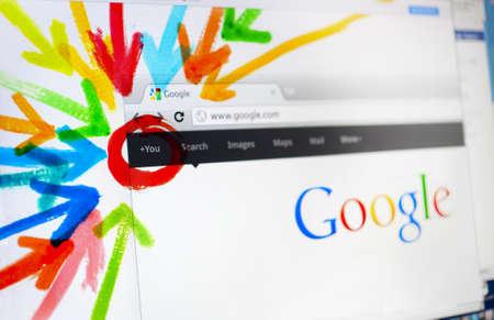 google plus: Aachen, Alemania, 01 de agosto de 2011: Cerca de una pantalla LCD que muestra la p�gina de bienvenida de Google Plus, el nuevo servicio de redes social creado por Google Inc. Editorial