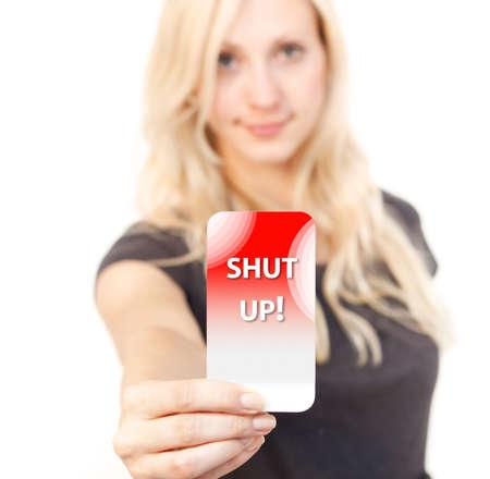 molesto: Mujer joven sonriendo mientras se muestra un cierre por tarjeta