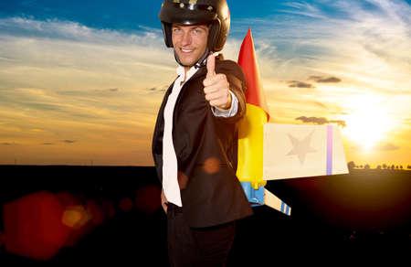 cohetes: hombre de negocios joven listo para subir con cohete en la espalda