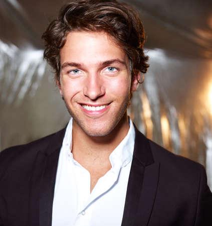 hombres jovenes: Retrato de un joven hombre de negocios atractivo - sonriendo Foto de archivo