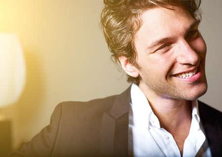 uomo felice: Ritratto di un uomo d'affari attraente giovane - sorridente