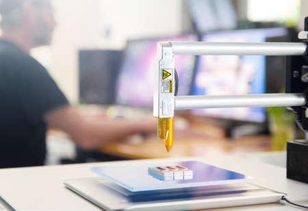 imprenta: Nueva generaci�n de 3D Printing Machine impresi�n de un pedazo de pl�stico. Para su uso en espacios peque�os Office o el uso privado Foto de archivo