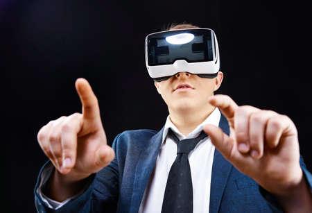 silicio: El hombre de negocios tiene utilizando su virtual vasos realitiy VR pantalla montada en cabeza