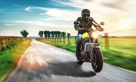 motor op de weg rijden. plezier het besturen van de lege weg op een motorycle tour reis. copyspace voor uw individuele tekst.