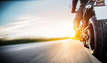 バイクに乗って道路に。motorycle ツアー旅の空の道の運転の楽しみを持っています。個々 のテキストの copyspace。