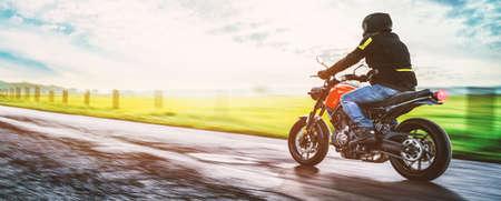 chaqueta: moto en la carretera a caballo. con la conducción de la carretera vacía en un viaje divertido viaje en moto. copyspace para su texto individual. Foto de archivo