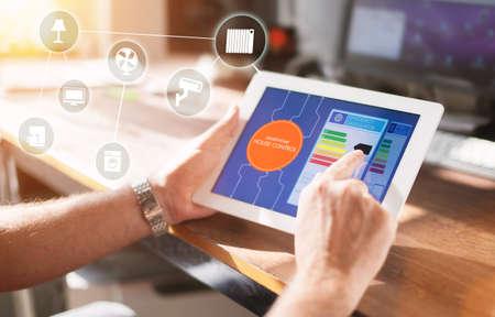 Smart Home, domotique intelligente concept de technologie de contrôle à distance sur téléphone intelligent / tablette travailler avec app maison intelligente