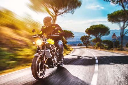 도로 승마에 오토바이. 오토바이 투어 여행의 빈 도로를 운전하는 재미. 개별 텍스트 copyspace. 스톡 콘텐츠
