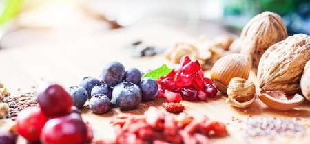 Superalimento: variación de los súper alimentos en el fondo de madera