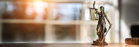gerechtigkeit: Die Statue von Gerechtigkeit - Dame Gerechtigkeit oder Iustitia  Justitia die römische Göttin der Gerechtigkeit Lizenzfreie Bilder