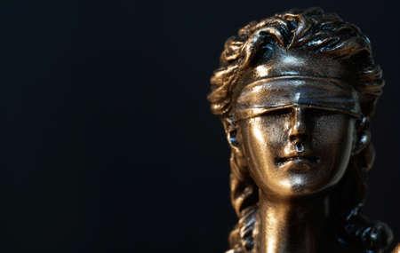 La Statua della giustizia - la giustizia signora o Iustitia / Justitia la dea romana della Giustizia Archivio Fotografico - 76058199