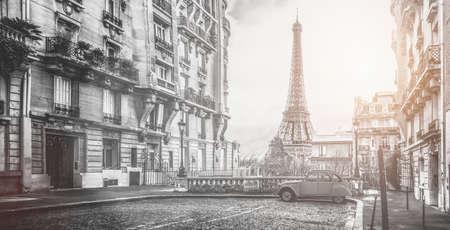 kleine straat van Parijs met uitzicht op de beroemde paris eifel toren op een bewolkte regenachtige dag met wat zonneschijn