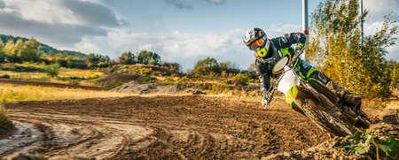 Extreme Motocross MX Ruiter die op vuilspoor berijden op een zonnige recente de zomerdag op openbare opleidingssessie als voorbereiding op Motocrossgebeurtenis