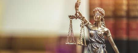 Die Statue von Gerechtigkeit - Dame Gerechtigkeit oder Iustitia / Justitia die römische Göttin der Gerechtigkeit