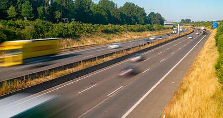 Viele Lastwagen und Autos auf einer Autobahn - Transportkonzept